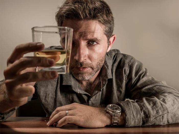 Как вывести алкоголика из запоя с помощью родственников